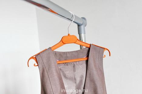 Как вешать одежду с лямками